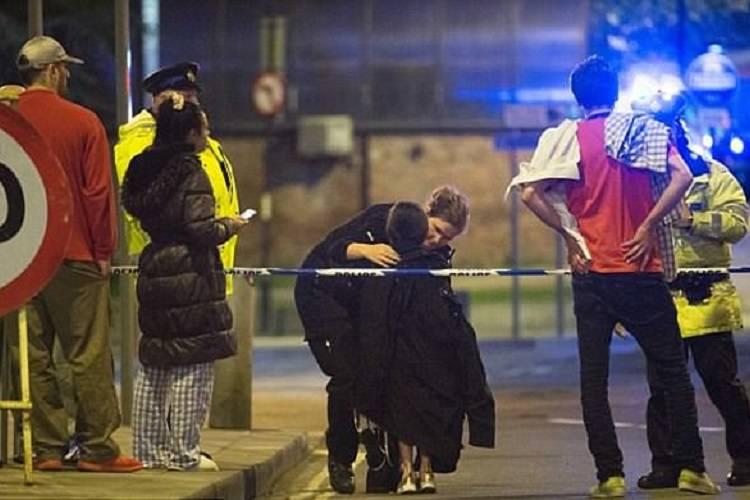 Michelle, morta a Manchester: l'ultimo abbraccio della famiglia – FOTO