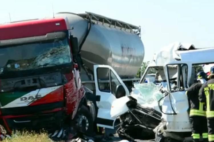 Incidenti stradali: pulmino disabili contro Tir, due morti
