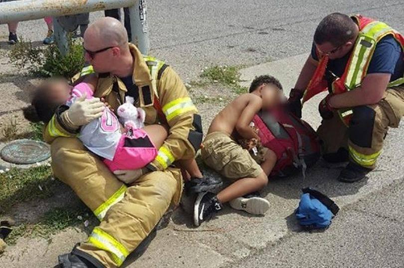 Pompieri confortano bambini dopo incidente, la foto commuove tutti