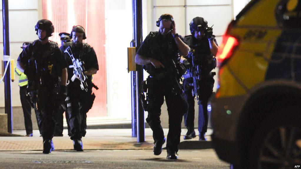 Agente fuori servizio affronta i terroristi a mani nude. E' grave