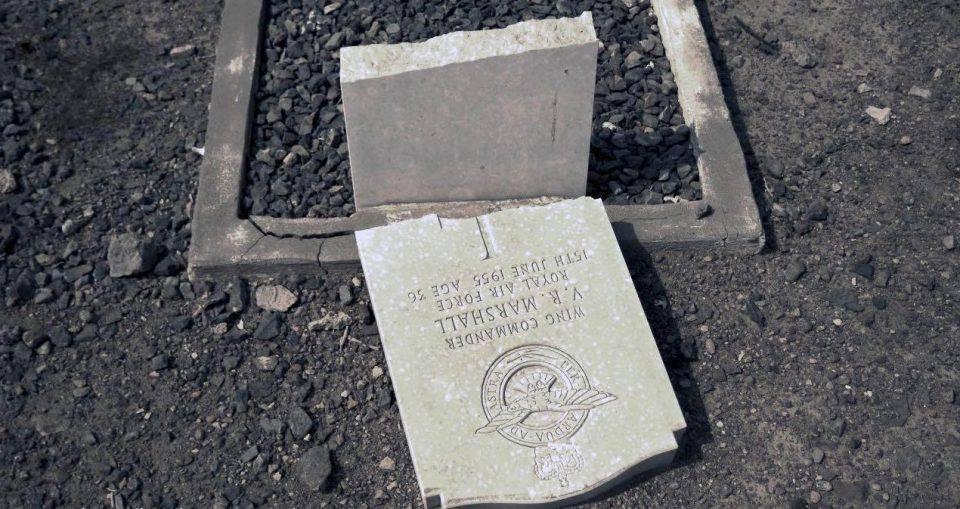 Militanti islamici distruggono cimitero di guerra britannico
