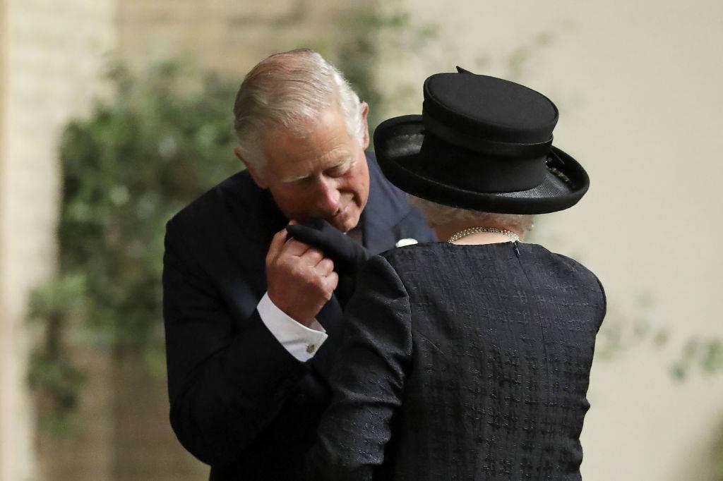 Funerale della contessa Mountbatten, il toccante saluto di Carloalla Regina