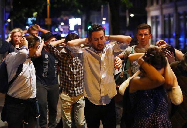 Terrore a Londra, pulmino sulla folla e persone sgozzate in strada nel nome di Allah