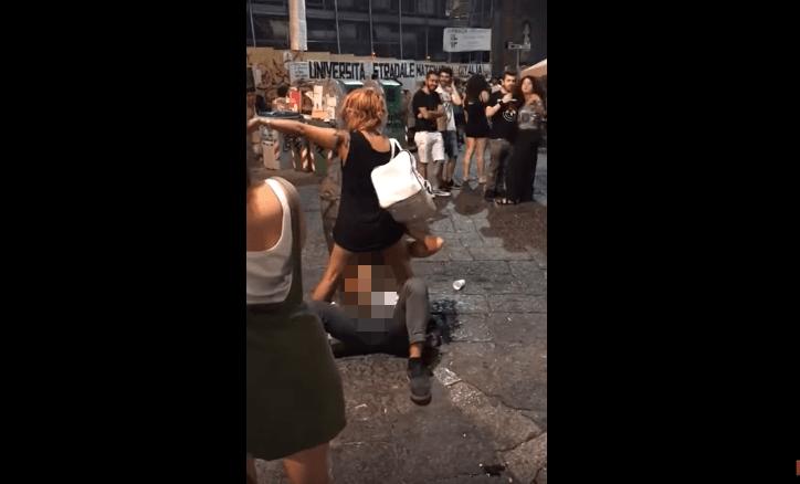 Sesso in pubblico a Napoli, scandalo per l'episodio avvenuto al centro storico