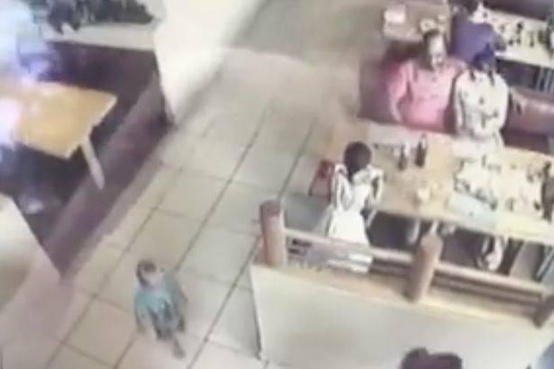 """""""Rapito"""" in un ristorante a 22 mesi sotto gli occhi dei genitori – VIDEO"""