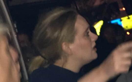 Adele visita la Grenfell Tower dopo il rogo
