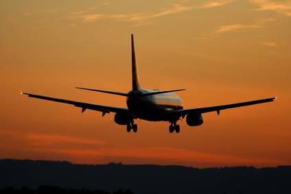 L'aereo ha problemi, il pilota invita i passeggeri a pregare