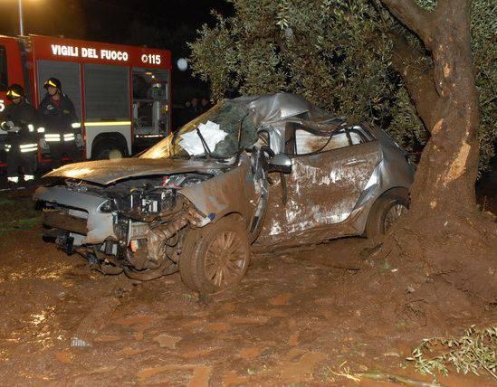 L'auto finisce contro un albero, gravi i passeggeri