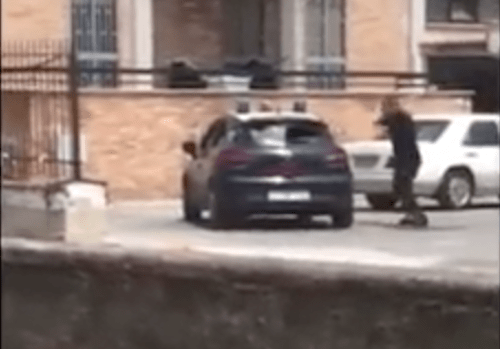 Sfascia l'auto dei Carabinieri con una spranga – VIDEO
