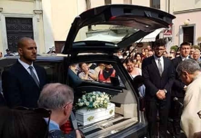 In mille ai funerali di Giovanni, il neonato abbandonato