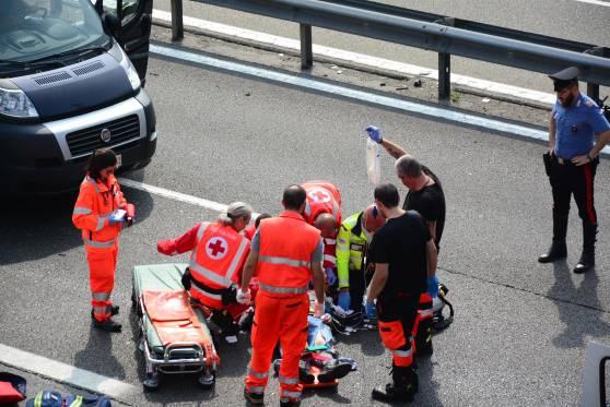 Mezzo dei Carabinieri contro moto e auto: schianto atroce