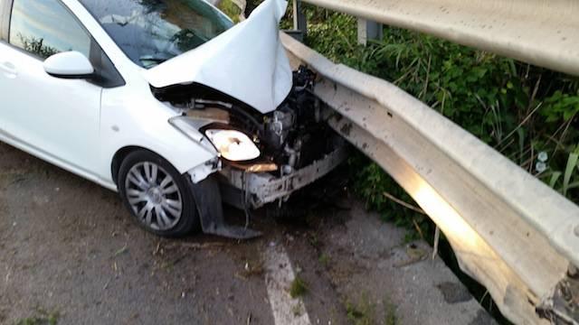"""Due automobilisti contro il guardrail per un """"colpo di sonno"""""""
