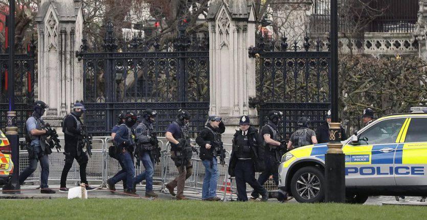 Londra in allarme: uomo armato di coltello fermato nei pressi di Westminster