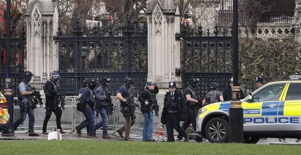 Allarme a Londra, uomo armato davanti al Parlamento