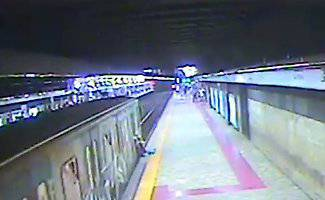 Incastrata tra le porte e trascinata via: paura in metro -VIDEO