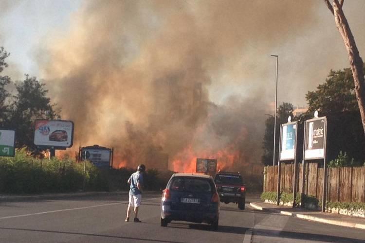 Nuovo incendio nella Capitale: fiamme altissime e paura – FOTO
