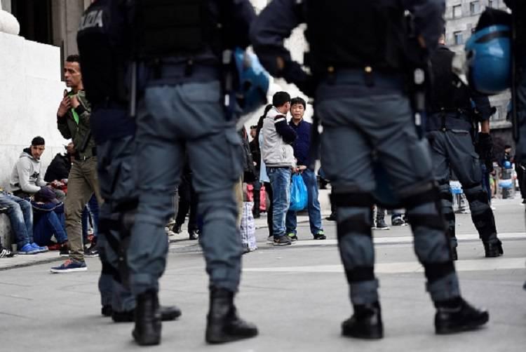 Tenta di accoltellare un agente in stazione a Milano, fermato migrante