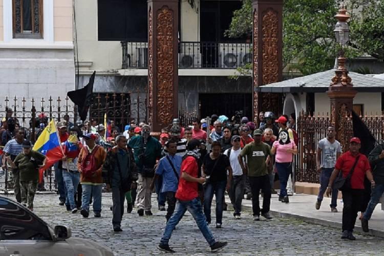"Venezuela, assalto al Parlamento: ""Noi siamo con Maduro"""