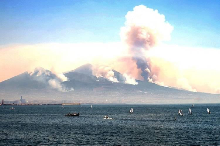 Vesuvio in fiamme: situazione grave, paura in tutta la Campania
