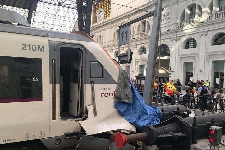 Barcellona: un treno si schianta in stazione, bilancio grave – VIDEO