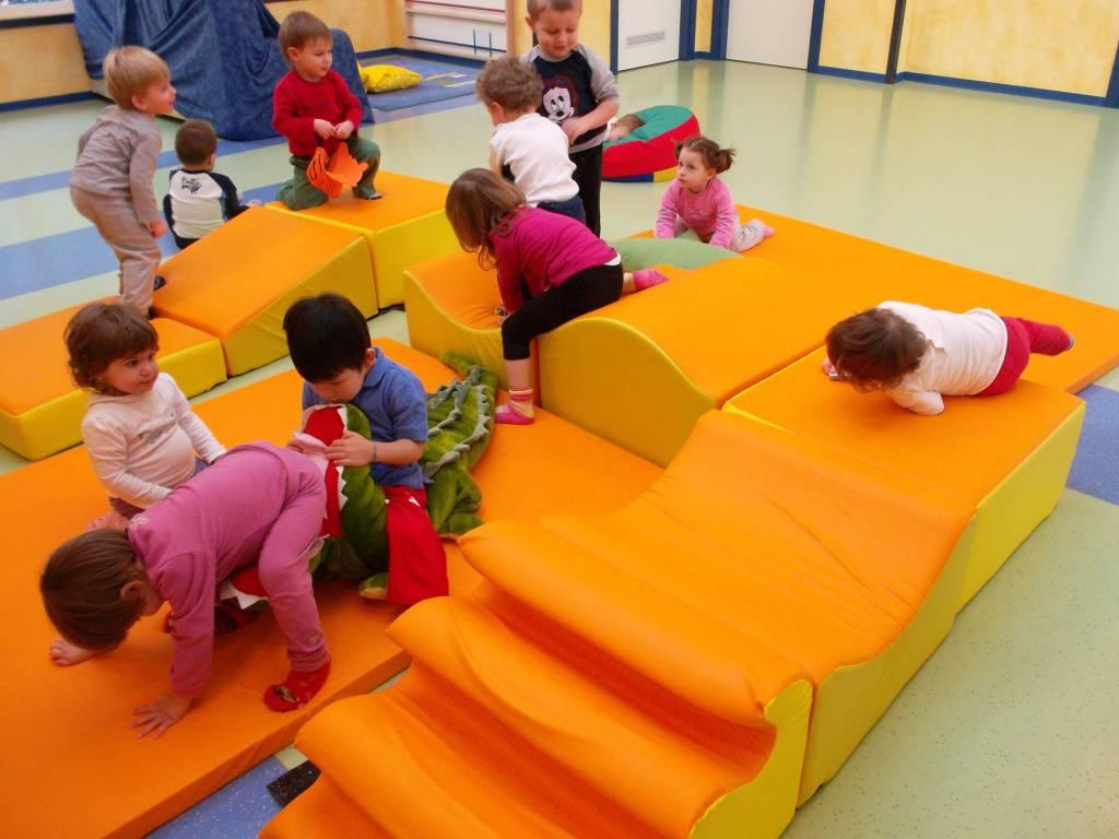 Bologna, bambini fuggono da asilo e girano soli per la città