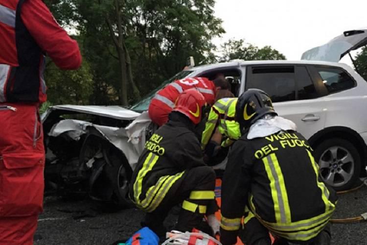 Finiscono contro il camion dei pompieri: una bimba tra le lamiere