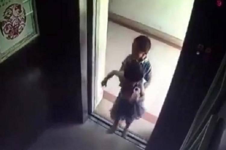 Chiude l'amica in ascensore: lo scherzo si trasforma in tragedia – VIDEO