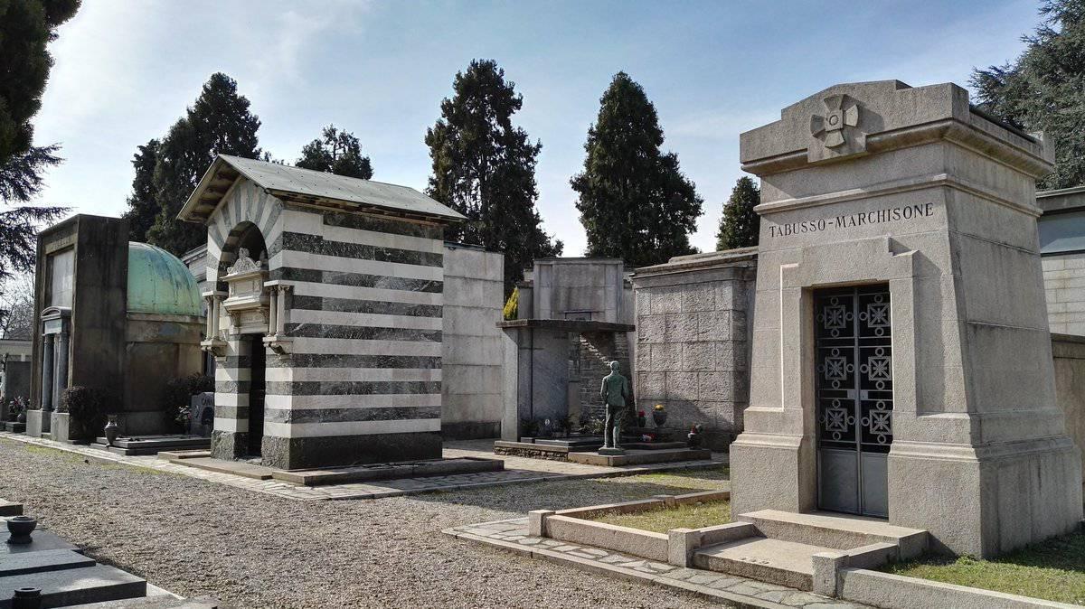 Cimitero di Torino, donna impazzisce dalla disperazione