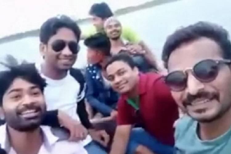 Un gruppo di amici, ultimo selfie: muoiono subito dopo