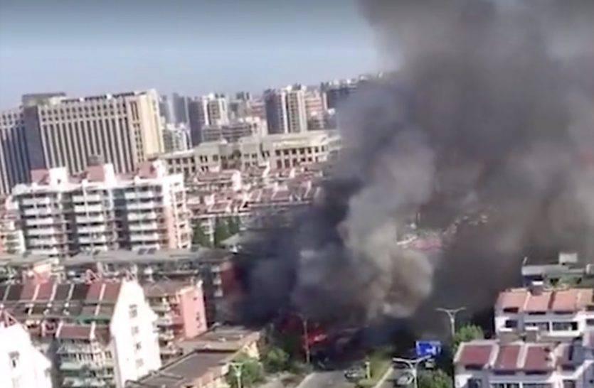 Potente esplosione di gas devasta un ristorante, finestrini e negozi