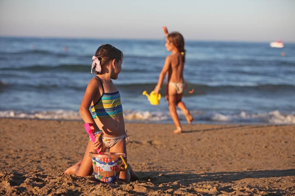 """""""C'è un uomo che fotografa i bimbi"""", tensione in spiaggia"""