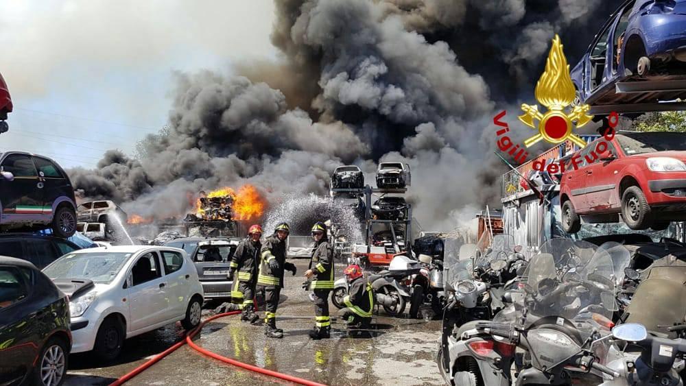L'incendio nell'autodemolitore di via Pietralata