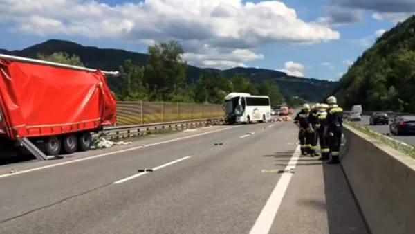 Drammatico schianto in autostrada: muore un 18enne