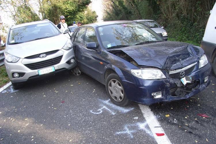 Roma, camion perde carico di vaselina: incidenti a catena e feriti