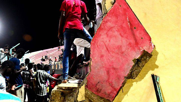 Tragedia allo stadio, il muro crolla sui tifosi – VIDEO