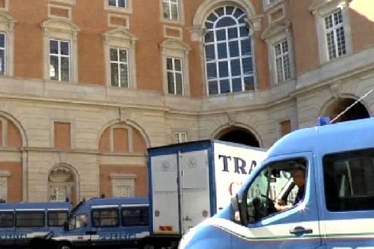 Donna si suicida in Reggia Caserta