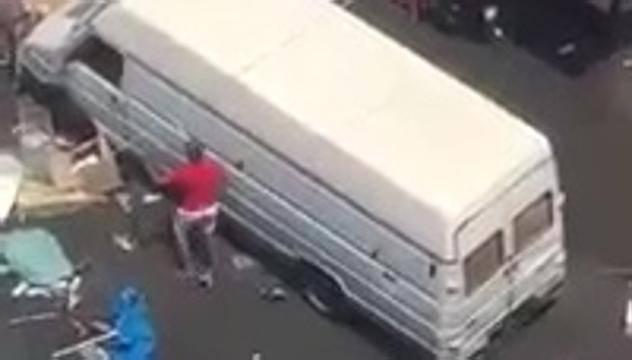 Rissa tra africani e italiani, furgone piomba sulla folla – VIDEO
