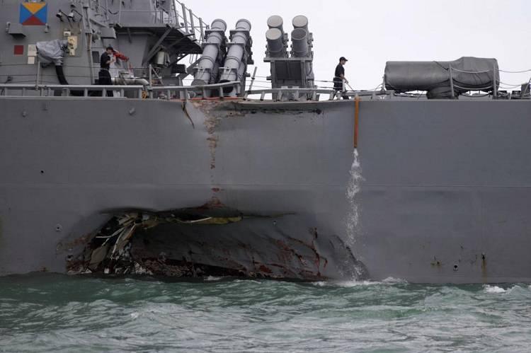 Singapore, incrociatore Usa si schianta su nave cargo: 10 marinai americani dispersi