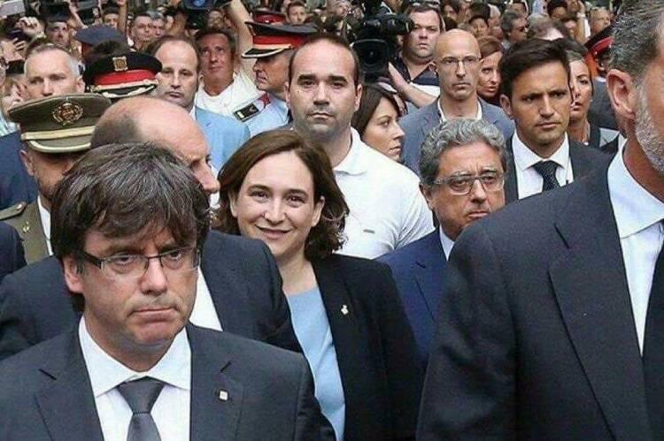 """Barcellona, sindaco nella bufera: """"Ride ricordando le vittime"""" – FOTO"""