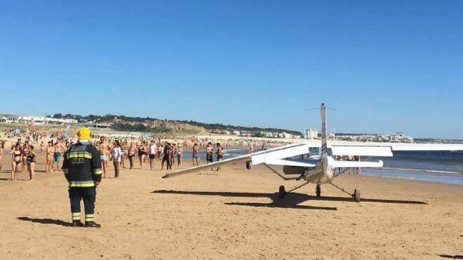 L'atterraggio di emergenza in spiaggia si trasforma in tragedia – VIDEO