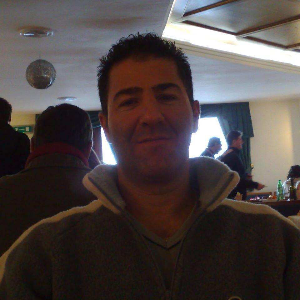 Papà di due figli morto a due passi da casa