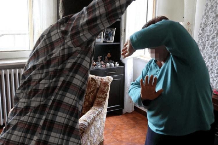 """""""Urlava troppo"""": massacra di botte l'anziana madre"""