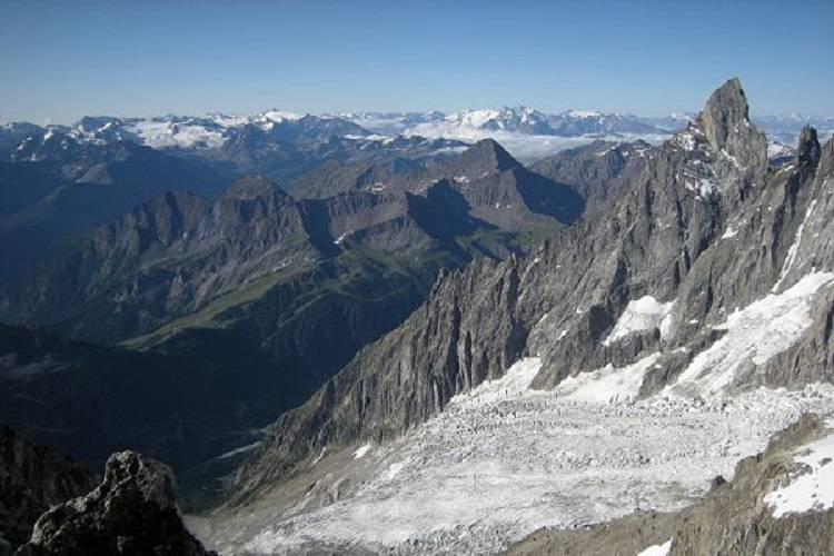 Dal ghiacciaio della Brenva riemergono i resti di un alpinista