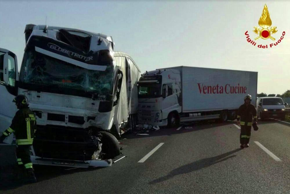 Tir centra un altro tir, inferno sull'A4: tre auto travolte