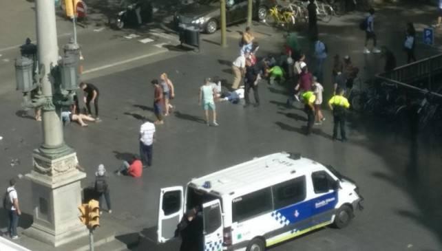 """Barcellona, un furgone colpisce la folla: """"Almeno 2 morti"""" – VIDEO"""