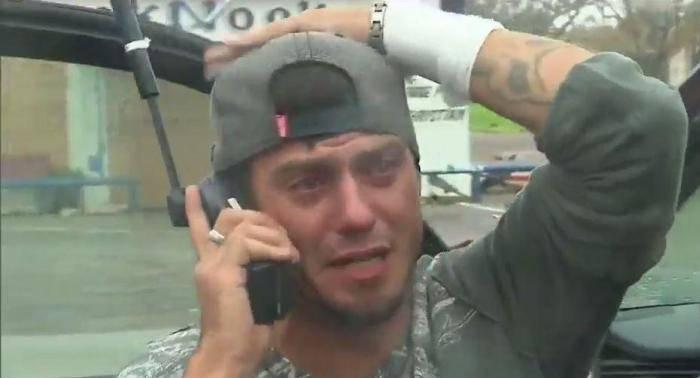 Uragano Harvey, giovane scoppia in lacrime in diretta tv per suo padre – VIDEO