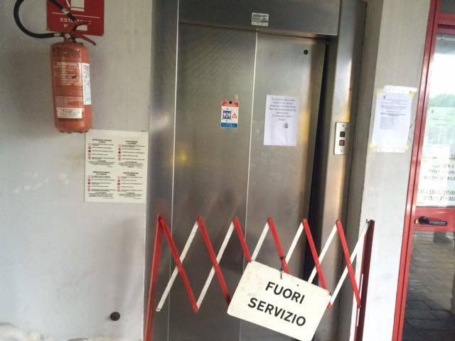 Bloccata nell'ascensore del parcheggio. La temperatura va oltre i 50 gradi