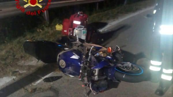 La moto scivola sull'asfalto con due persone a bordo: è tragedia