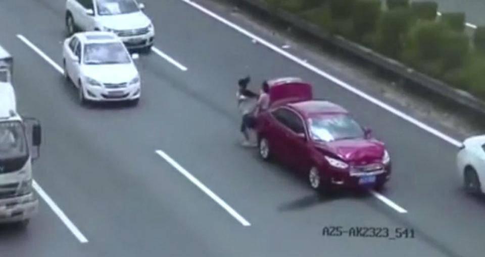 Gesto folle: attraversano l'autostrada con la bimba in braccio – VIDEO