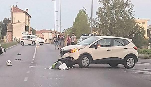 Scontro auto-moto: l'impatto è violentissimo